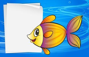 Un pesce accanto a un cartello vuoto