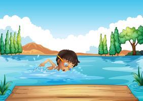 Un giovane uomo che nuota nel fiume