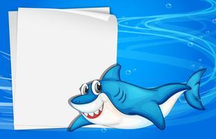 Una carta vuota sotto il mare accanto a uno squalo