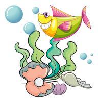 Un pesce sorridente sotto il mare vicino alle conchiglie
