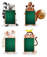 Animali che tengono tavole vuote