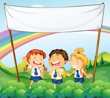 Un banner vuoto sopra i tre giovani studenti