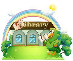 Un pappagallo verde che legge fuori dalla biblioteca