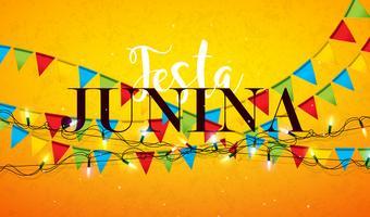 Illustrazione di Festa Junina con le bandiere del partito, la ghirlanda leggera e la lettera di tipografia su fondo giallo. Vector Brasile giugno Festival Design
