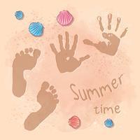 Festa estiva sulla spiaggia con stampa di cartoline con impronte sulla sabbia in riva al mare. Stile di disegno a mano