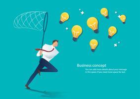 uomo d'affari che tiene una rete della farfalla prova a prendere la lampadina. concetto di idea