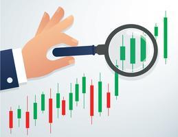 la mano che tiene la lente d'ingrandimento e l'illustrazione del fondo del mercato azionario del grafico del candeliere