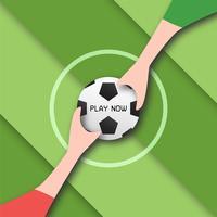 La palla è sul campo sportivo con le mani delle persone.