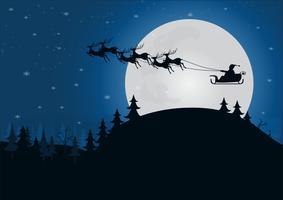 silhouette Babbo Natale con slitta trainata da renne sopra la collina con la luce della luna nella stagione invernale della foresta