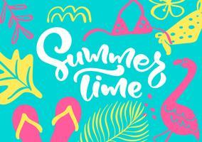 Simpatico biglietto di auguri scandinavo con lettering calligrafico testo Summer Time. Modello di etichetta con piante e fiori divertenti nel vettore. Concetto di viaggio moderno vacanza con elementi di design grafico