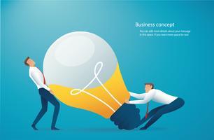 due uomini d'affari spingono la lampadina. concetto creativo