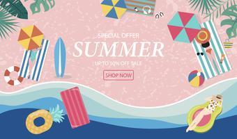 Fondo di vendita di estate con persone minuscole, ombrelli, palla, anello di nuotata, occhiali da sole, tavola da surf, cappello, sandali nella vista superiore beach.Vector estate banner vettore