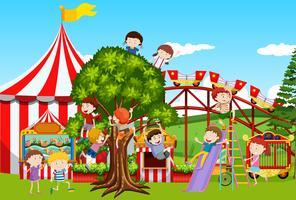 Molti bambini che giocano nel parco divertimenti vettore