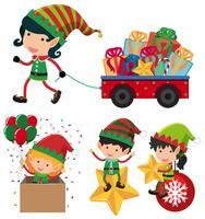 Elfo di Natale e carrello pieno di regali