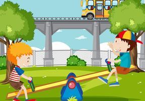 Ragazzi che giocano altalena nel parco vettore