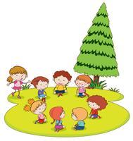 Doodle bambini che giocano in giardino vettore
