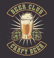 Illustrazione vettoriale di un bicchiere di birra e coni di luppolo.