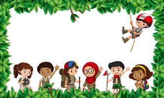 Bambini multiculturali nella scena foglia vettore