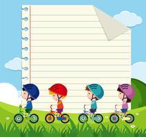 Modello di carta con i bambini in bicicletta nel parco vettore