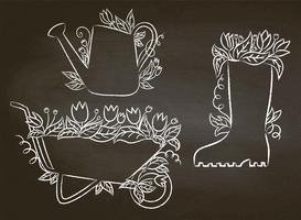 Contorni di gesso di annaffiatoio, avvio e carriola con foglie e fiori. Raccolta di cartelli di giardinaggio sulla lavagna. Set di manifesti di tipografia di giardinaggio.