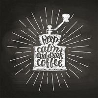 Silhouette vintage macinacaffè con raggi di sole e lettering Mantieni la calma e bere un caffè sul bordo di gesso. Illustrazione vettoriale di macinacaffè per menu, logo coffee shop o etichetta, poster, stampa t-shirt.
