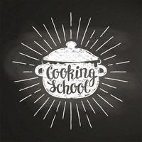 Silhoutte del gesso della pentola bollente con i raggi del sole e dell'iscrizione - Cucinando con i bambini - sulla lavagna. Ottimo per cucinare logotipi, bades, menu design o poster.