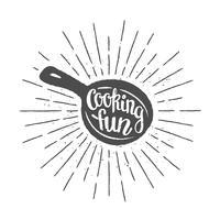 Pan silhoutte con lettering - Cooking fun - e raggi del sole vintage. Ottimo per cucinare logotipi, bades o poster. vettore