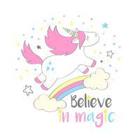 Magico unicorno carino in stile cartone animato con scritte a mano Credi nella magia. Doodle unicorno volare sopra un arcobaleno e nuvole illustrazione vettoriale per carte, poster, stampe t-shirt per bambini, design tessile.