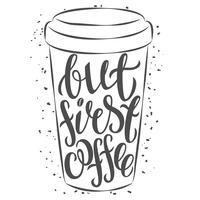 Tazza di caffè disegnata a mano con lettering Ma primo caffè. Illustrazione vettoriale Q