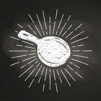 Chalk silhoutte di una padella con raggi di sole vintage sulla lavagna. Ottimo per cucinare logotipi, bades, menu design o poster.