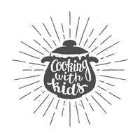 Pot silhoutte con lettering - Cooking with kids - e raggi del sole vintage. Ottimo per cucinare logotipi, bades o poster. vettore