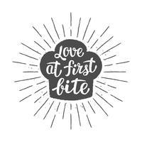 Toque silhoutte dello chef con lettering - Amore al primo morso - e raggi del sole vintage. Ottimo per cucinare logotipi, bades o poster.