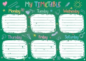 Il modello dell'orario della scuola sul bordo di gesso con la mano ha scritto il testo colorato del gesso. Shedule lezioni settimanali in stile abbozzato decorato con scarabocchi disegnati a mano a bordo verde.