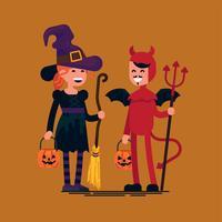 bambini di Halloween indossano costumi da diavolo e strega