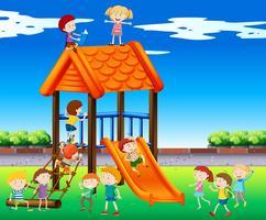 Bambini che giocano a scivolo nel parco vettore