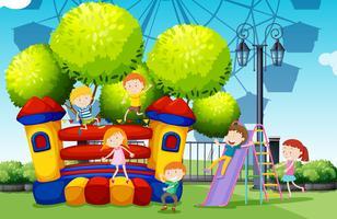 Bambini che giocano al parco vettore
