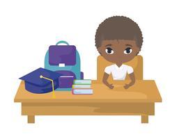 afro del ragazzo dello studente che si siede nello scrittorio della scuola con istruzione dei rifornimenti