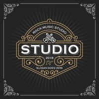 Logo dello studio musicale. Design vintage modello di banner di lusso per etichette, telaio, tag prodotto. Emblema retrò design. Illustrazione vettoriale