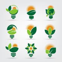 loghi lampadina ecologia di verde con sole e foglie vettore