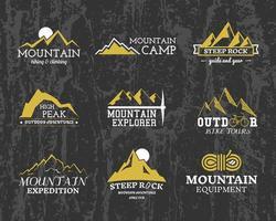 Insieme dei contrassegni, loghi ed etichette del campo dell'esploratore della montagna di estate o di inverno