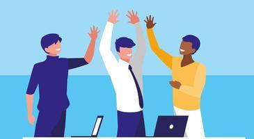 uomini d'affari nei luoghi di lavoro festeggiano