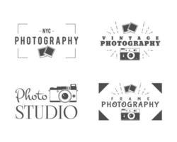 Distintivi di fotografia retrò, etichette. Design monocromatico con eleganti vecchie macchine fotografiche ed elementi. vettore