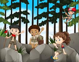 Bambini che fanno un'escursione sulle rocce in montagna