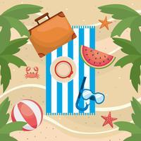 Palme con asciugamano e valigetta sulla sabbia
