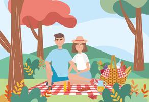 Uomo e donna che hanno un picnic