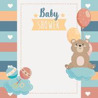 Scheda dell'acquazzone di bambino con orso su nuvola con palloncini vettore