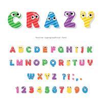 Carattere di bambini divertenti con gli occhi. Lettere e numeri colorati lucidi del fumetto. vettore