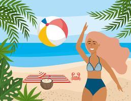 Donna che gioca con il beach ball sulla spiaggia vettore