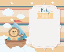 Scheda dell'acquazzone di bambino con il leone in barca sulle nuvole vettore