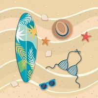 Vista aerea della tavola da surf sulla spiaggia con costume da bagno, cappello e occhiali da sole